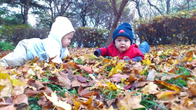 "Zamir dan Umar sedang berlakon dalam ""Autumn in My Heart"" di Namsangol Traditional Korean Village"